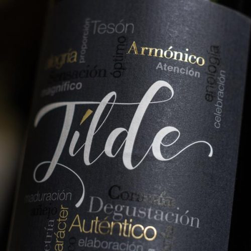 Detalle de etiqueta del vino Tílde Crianza