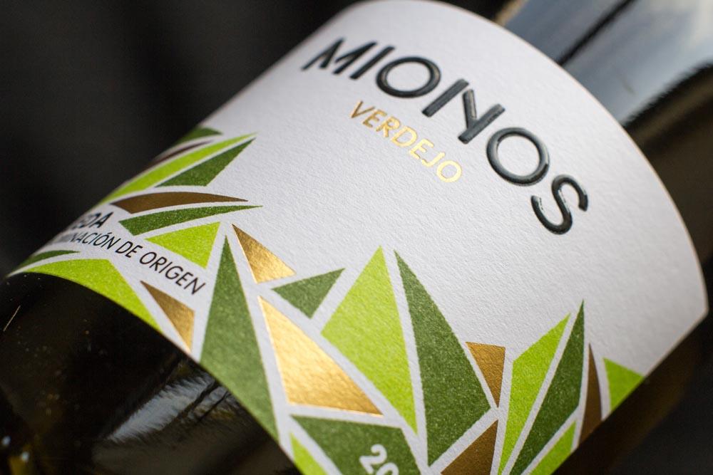 Detalle de etiqueta de vino Mionos Verdejo